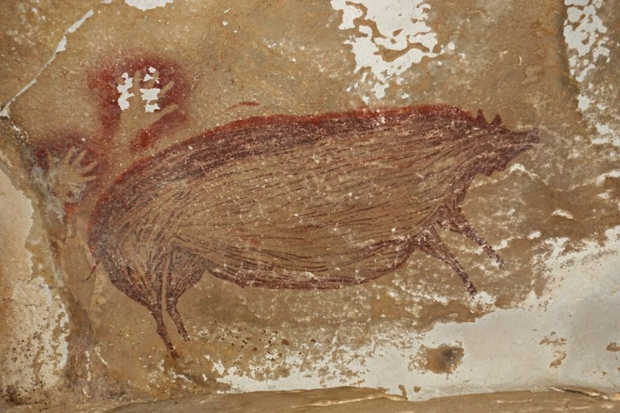 At Leang Balangajia, the large red pig figure was painted on the ceiling of a small side chamber.
