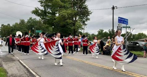 The silks followed by the instrumentalists on the parade route.